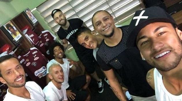 Neymar hội họp cùng người nổi tiếng ở quê nhà