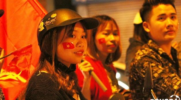 Người dân Hà Nội đi bão ăn mừng U23 Việt Nam