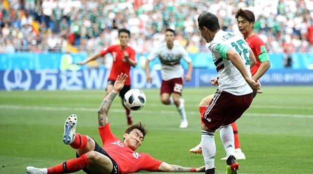 Xoạc bóng không cần nhìn, hậu vệ Hàn Quốc nhận quả đắng trước cáo già Mexico