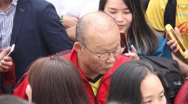 Tuyển Việt Nam tập trung, thầy Park và Quang Hải bị thập diện mai phục