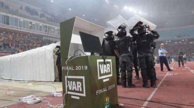 SỐC: Cầu thủ phản đối vì VAR, trọng tài nổi còi trao 1 cúp C1 cho đội kia