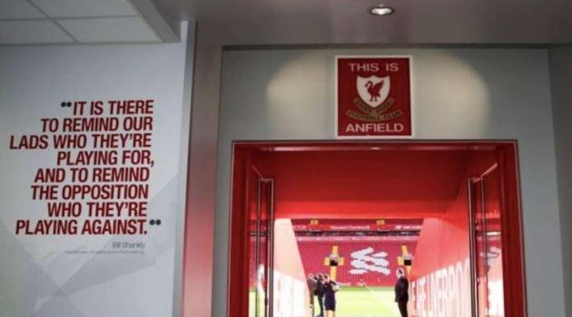 Vì sao cầu thủ Liverpool bị cấm chạm vào logo 'This is Anfield'?