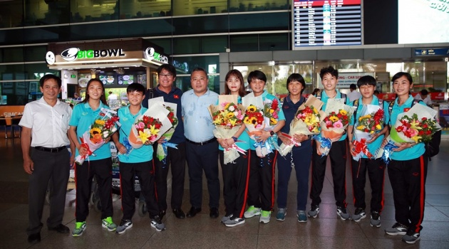 Các cô gái vàng Việt Nam được chào đón ở sân bay