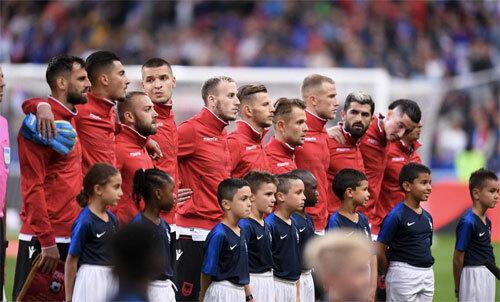 UEFA mắc sai lầm khó tin, Stade de France sục sôi
