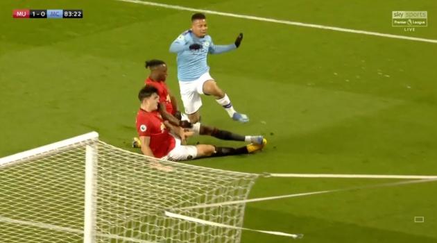 20 hình ảnh thú vị trận derby Manchester: 'Đam mê' United là bất diệt!