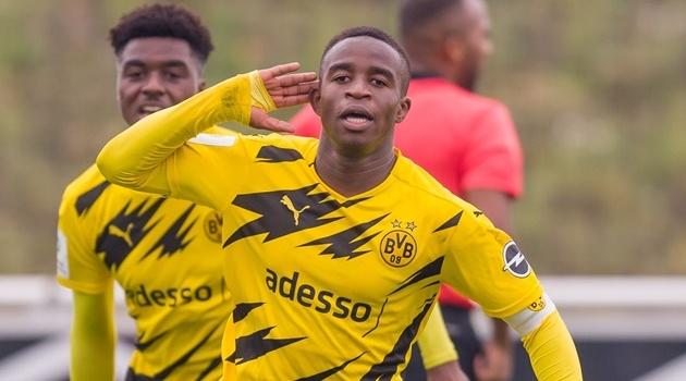 Báu vật khiến Haaland nể phục lại gánh đội trẻ Dortmund trên vai