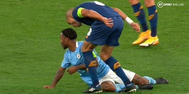 CĐV Man City: Hắn xứng đáng phải nhận thẻ đỏ