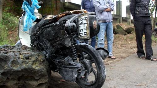 Bất cẩn khi đổ xăng, cháy hai xe máy
