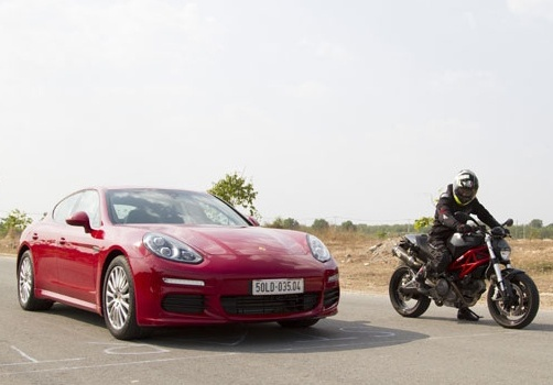 Cuộc đối đầu nảy lửa giữa Porsche Panamera cùng Quỷ dữ Ducati Monster 975