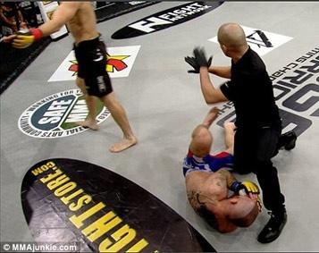 Võ sĩ tung cú đá cực mạnh khiến đối thủ gãy tay