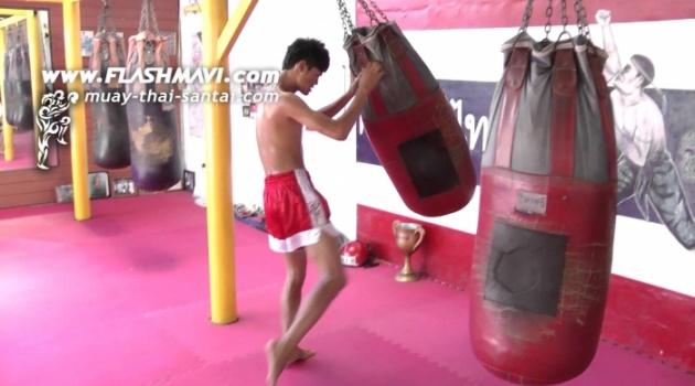 Kỹ thuật Muay Thái: 'Knee Bomb' - Đòn gối 'giương Đông kích Tây'
