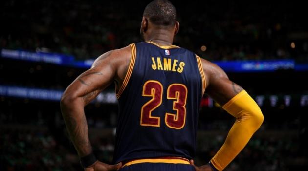 Màn trình diễn giúp LeBron James qua mặt Michael Jordan
