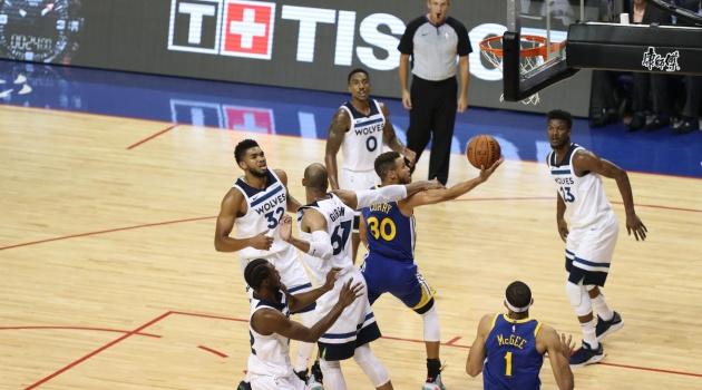 Stephen Curry ghi 40 điểm chỉ trong 3 hiệp trước Minnesota Timberwolves