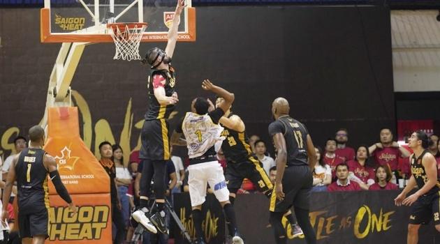 Saigon Heat giành thắng lợi lịch sử, HLV Kyle Julius khen ngợi 2 cái tên