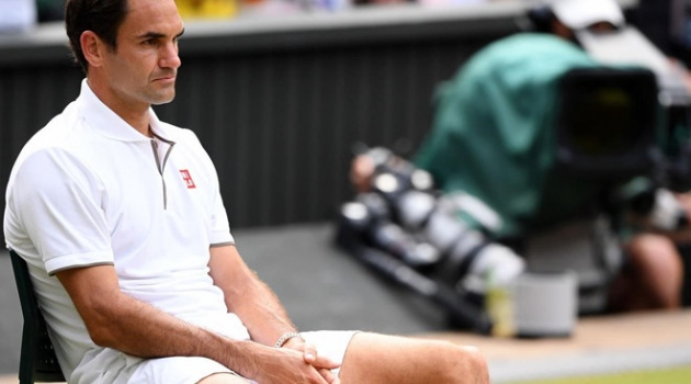 Federer thẫn thờ nhìn Djokovic nâng cup tại Wimbledon