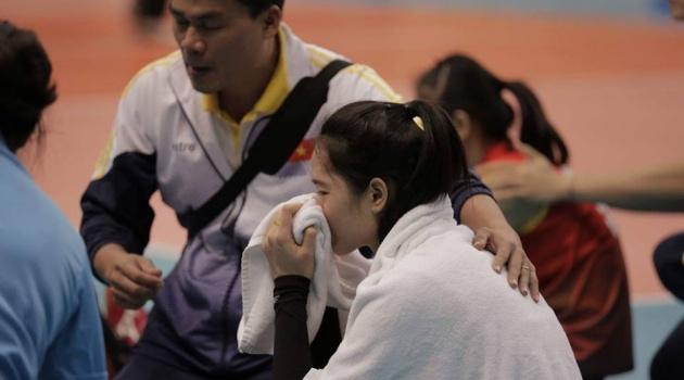 Thua đau Indonesia, các chân dài bóng chuyền Việt Nam bật khóc