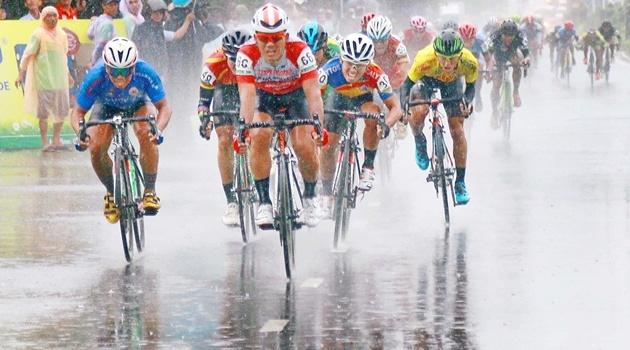 Chặng 5 giải xe đạp đồng bằng sông Cửu Long lần 26: Áo xanh đổi chủ sau chặng đua dưới mưa