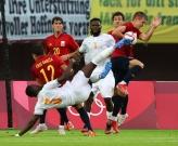 Ghi bàn rồi dùng tay chơi bóng, sao M.U hóa tội đồ ở Olympic