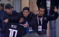 Maradona hôn thắm thiết áo Messi trên khán đài