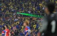 Nóng! Fan Malaysia 'chối đây đẩy' vụ chiếu lazer vào thủ thành Tấn Trường