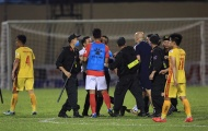 SỐC! Trọng tài được CSCĐ hộ tống khi bị thành viên CLB TP.HCM bao vây