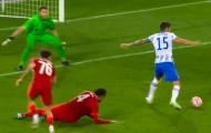 Đối thủ solo xỏ háng qua người Van Dijk và ghi bàn