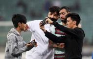 Bị fan vây quanh, Fernandes sốc với hành động của nhân viên an ninh