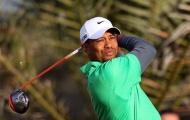 Woods vươn lên nhóm dẫn đầu Abu Dhabi Championship