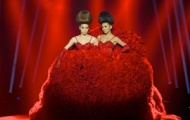 Video: Thanh Hằng - Hà Hồ mặc chung váy trên sàn diễn