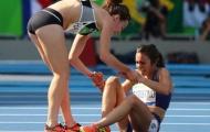 Nữ VĐV hy sinh cuộc đua để giúp đối thủ