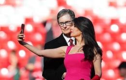 Vợ trẻ của chủ tịch Liverpool vui mừng sau chiến thắng 5-0