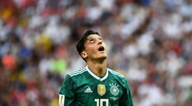 Tuyển Đức bị loại, fan Arsenal vỗ về Ozil