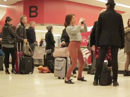 Video: Thiếu nữ nhảy cuồng nhiệt ở sân bay