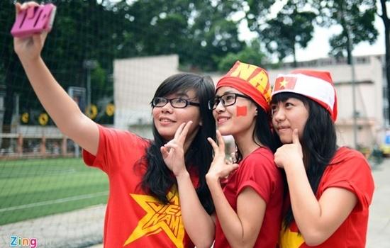 Fan nữ Sài Gòn háo hức cổ vũ tuyển Việt Nam từ giữa trưa