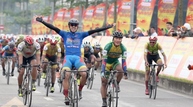 Chặng 4 giải xe đạp Cúp truyền hình TPHCM 2021: Nguyễn Tấn Hoài xé áo vàng